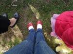 Eu, não muito séria, com minha meia não-esquenta-pé, ao lado de Lucy, com seu ursinho amarelo e casaco rosa.