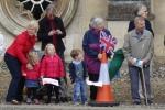 Famílias levam filhos e netos para ver A rainha.