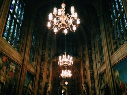 Uma das primeiras salas de Westminster: paredes de pedra, esculturas, pinturas, vitrais, lustres imperiais. Que parlamento deslumbrante!
